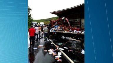 Acidente entre caminhões na BR-316 deixa feridos - Motorista de um dos veículos perdeu controle da direção e invadiu contramão.