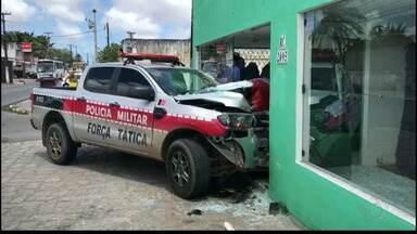 Carro da Polícia Militar da Paraíba perde controle e bate em loja na Paraíba - O acidente foi na cidade de Bayeux.