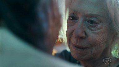 Mercedes reza Clara e tem um mau pressentimento - A professora conta que vai se casar com Gael