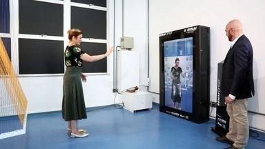 Moda do futuro calcula medidas do cliente pela tela e usa impressora 3D - Lojas usam tecnologia para entregar produtos exclusivos e sem desperdício. Em Londres, designer criou uma roupa que cresce junto com a criança.