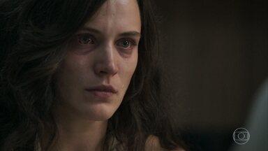 Clara se recusa a denunciar Gael - O médico e amigo, Rafael, desconfia que a jovem foi vítima de agressão, mas ela insiste que se machucou ao cair sozinha de uma escada