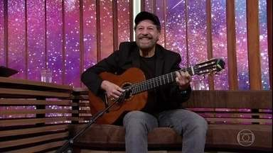 """João Bosco canta """"Papel Machê"""" - Bial recebe o artista que está lançando um disco de inéditas e um prêmio de Grammy da Excelência Musical"""