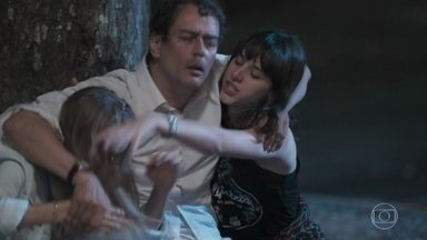 Edgar corre para abraçar Clara e Lica - O diretor vê as pichações na escola. Samantha filma tudo