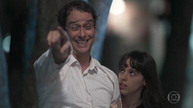 Edgar afirma estar do lado dos alunos no protesto - O diretor diz que Bóris vai voltar para a escola e começa a chorar no colo de Lica. Clara e Lica tentam proteger o pai