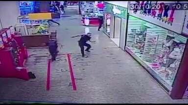 Vídeo mostra tiroteio em shopping de Ponta Grossa - Vigilantes foram assaltados no momento em que abasteciam caixas eletrônicos.