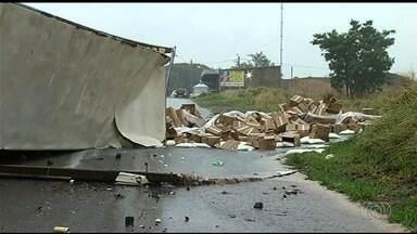 Caminhoneiro fica ferido depois de carreta cair de mais de 10 metros de altura em Goiás - Acidente assustou quem passava pela BR-153.