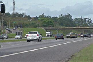 Trânsito é intenso na rodovia Mogi-Bertioga para saída do feriado de Finados - Ayrton Senna também registrou trânsito intenso.