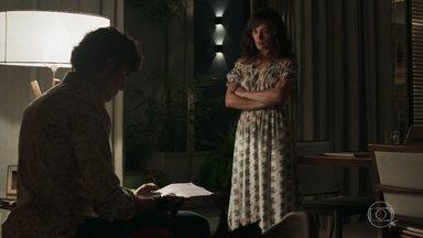 Clara revela a Gael que somente ela pode explorar as esmeraldas - Ela revela ao marido documento que prova o registro de exploração das terras em seu nome