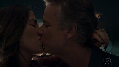 Renan e Elizabeth se beijam na frente do detetive - Ele fotografa o casal. Elizabeth explica para Natanael que estava em um jantar de negócios