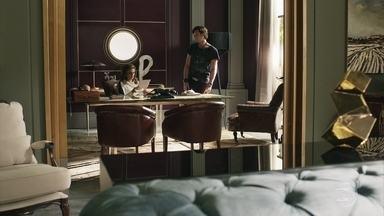 Gael mostra para Sophia o documento que o impede de explorar a esmeraldas - A vilã liga para Natanael