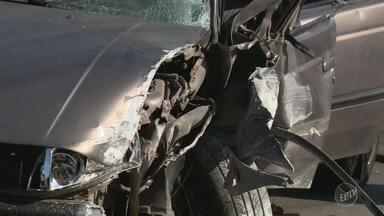 Motorista perde controle do carro e veículo bate em poste em Campinas - Vítimas tiveram ferimentos leves.
