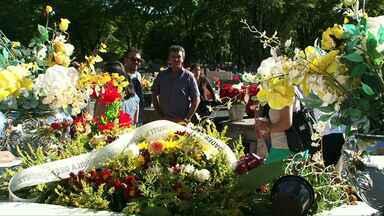 Túmulo do goleiro da Chapecoense é bastante visitado em Cianorte - O movimento é grande nos cemitérios de todo estado neste dia de finados