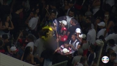 Criminosos ostentam fuzis em baile funk no Rio de Janeiro - Um dos fuzis estava equipado com mira telescópica. A festa foi flagrada na manhã desta quinta-feira (2), na Vila do João, no Complexo da Maré.