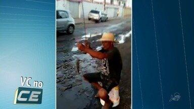 Moradores 'pescam' em buraco com vazamento de água em rua de Fortaleza - Confira mais notícias em G1.Globo.com/CE