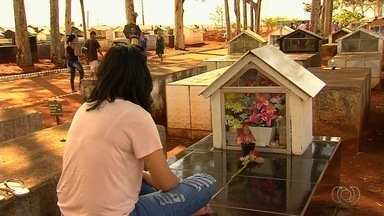 Fãs visitam cemitério para prestar homenagear a entes queridos, em Goiânia - Dia de Finados foi movimentado na capital.