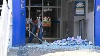 Moradores vizinhos de agência bancária relatam tensão com explosões em Piedade - Moradores vizinhos da agência invadida por bandidos que explodiram os dois cofres da unidade da Caixa Econômica Federal, em Piedade (SP), estão assustados com a ação na madrugada desta quinta-feira (2).