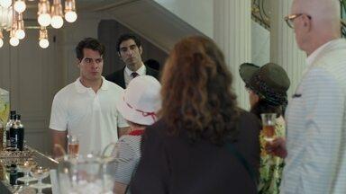 Júlio descobre que Arlete está namorando Pedrinho - Revoltado, o garçom acusa a mãe de tê-lo traído novamente. Pedrinho lembra que o rapaz está proibido de entrar no hotel e diz que a família não deve pagar pelo erro dele