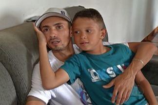 Casal faz campanha para ajudar filho com doença rara e degenerativa em Mogi - Luciano e Juliana são pais de Vinícius, de 11 anos. Segundo a família, os médicos dizem que não há tratamento para o caso dele, que está em um estágio avançado da doença chamada adrenoleucodistrofia, também conhecida como ADL. Mas o casal tem esperança em uma cirurgia feita no Paraguai e faz campanha para arrecadar recursos.