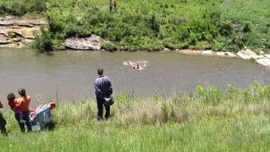 Pai salva filho, mas morre afogado - O menino de 08 anos caiu em um rio em Ponta Grossa.