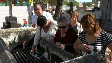 Missas e homenagens marcaram o dia de Finados na região de Itapetininga - Movimento foi intenso nos cemitérios da região durante todo o dia. Até abraços foram dados por voluntários na entrada dos cemitérios.