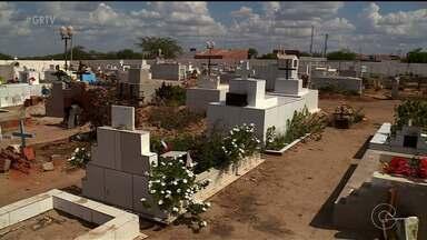 Cemitérios Públicos de Petrolina recebem grande fluxo de pessoas durante feriado - Muitos ambulantes trabalharam nos locais