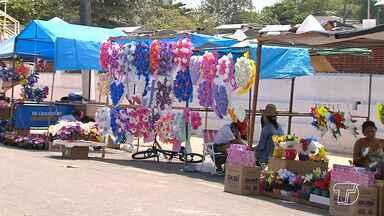 Pessoas aproveitam o feriado de finados para garantir renda extra vendendo flores - É comum encontrar o comércio de flores, velas e alimentos na parte externa dos cemitérios centrais.