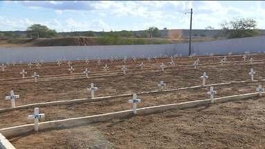 Comunidade de Pedro Velho visita parentes em novo cemitério - É que na cidade um cemitério público ficou embaixo d'água por quase 13 anos e agora os parentes dos mortos fizeram a primeira visita no novo cemitério.