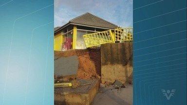 Ressaca atinge praias de Peruíbe - Muro de um quiosque desabou no Balneário Nova Peruíbe.