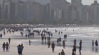 Praias da Baixada Santista ficam lotadas no feriado de Finados - Moradores e turistas aproveitaram o dia de sol.