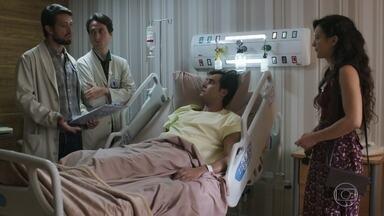 Gael provoca Renato, que impõe sua autoridade médica ao rapaz - Clara não se conforma com o ciúme do marido. Lívia avisa a Sophia sobre o acidente