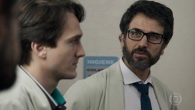 Samuel se surpreende ao saber que Renato está namorando Lívia - Suzy avisa ao psiquiatra sobre internação de Gael. Filho de Sophia recebe alta