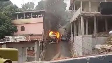 Defesa Civil faz vistoria no local onde veículo explodiu em Vitória - Kombi explodiu e atingiu nove casas e um carro nesta quinta-feira (2), mas ninguém ficou ferido. Na manhã desta sexta (3), a Defesa Civil realizou uma nova vistoria no local.