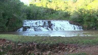 Duas pessoas morrem afogados no feriado no Paraná - Um homem de 39 anos se afogou em uma cachoeira em Cascavel. Em Ponta Grossa um pai morreu ao salvar o filho que caiu no rio.