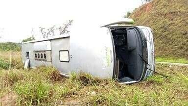 Ônibus com estudantes de Belo Horizonte tomba na BR-381, no Vale do Aço - Grupo era levado para os Jogos Jurídicos em Governador Valadares; ninguém se feriu gravemente.