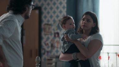 Tonico chora sem parar e deixa Keyla nervosa - Roney sugere que a filha faça uma lavagem no nariz do bebê e ele se acalma
