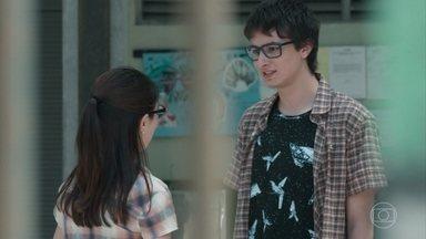 Benê confessa a Juca que ainda não sabe se gostou do beijo - Juca fica confuso com a explicação da menina