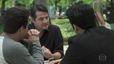 Malagueta confessa que armou para incriminar Eric - Ele se explica para Júlio, Sandra Helena e Agnaldo e mantém o acordo entre os ladrões do hotel