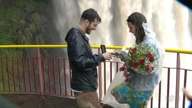 Rapaz surpreende a namorada com pedido de casamento nas Cataratas do Iguaçu - Nem a chuva atrapalhou o romantismo.