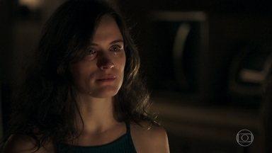 Clara decide que não permitirá a exploração das esmeraldas - Ela diz que não vai mais tolerar agressões do marido