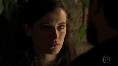 Clara pede que Renato suma da sua vida - O doutor tenta convencê-la de que Gael não irá fazer bem a ela