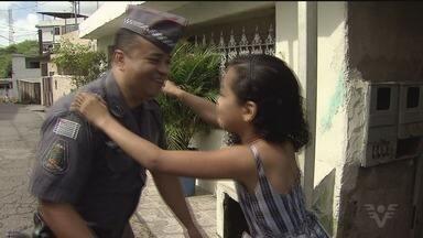 Criança que ganhou festa de policiais militares reencontra os policiais - O policial foi indicado para ganhar um prêmio por conta da ação solidária.