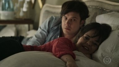 Estela desabafa com Gael sobre seu desejo de encontrar um amor - Marido de Clara fica incomodado quando a irmã começa a falar sobre sexo