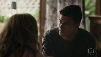 Diego confirma para Nádia que Bruno beijou Raquel - Socialite humilha a funcionária e pressiona o filho. Ela desabafa com Gustavo, que minimiza e aconselha a esposa a não se preocupar