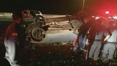 Perseguição termina em capotamento na Rodovia Zeferino Vaz, em Artur Nogueira - Três pessoas estavam no veículo e são acusadas de tráfico de drogas.