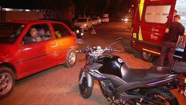 Carro e moto se envolvem em acidente em avenida de Foz do Iguaçu - Motociclista teve ferimentos leves.
