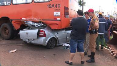 Motorista que levava cigarros contrabandeados morre em acidente na PR-323 - Segundo a Polícia Rodoviária Estadual, ele furou um bloqueio policial em alta velocidade.