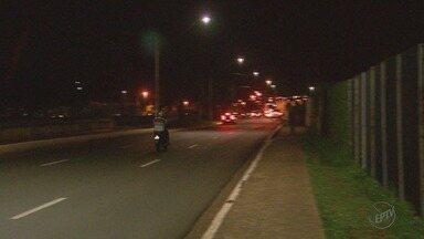 'Até Quando?' cobra iluminação na Avenida Jerônimo Gonçalves em Ribeirão Preto - Fiação de postes é constantemente furtada e moradores relatam escuridão na via há meses.