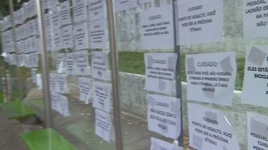 Cartazes alertam sobre assaltos em ponto de ônibus na Zona Sul de Manaus - Ponto fica na Avenida Carvalho Leal, bairro Cachoeirinha. 'Você pode ser a próxima vítima', diz um dos cartazes.