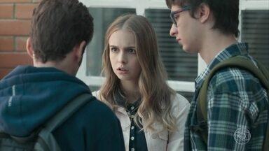 Jota descobre aplicativo espião no celular de Clara - Clara pede ajuda aos amigos para descobrir quem a está espionando e confirma que Malu está monitorando seu telefone. A loira avisa que não quer mais morar com a mãe