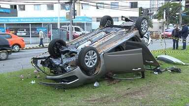 Casal é preso depois de fugir da Guarda Municipal e bater carro roubado - A polícia ainda investiga se o próprio casal teria roubado o veículo.